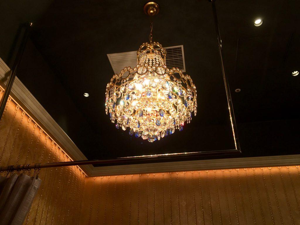 天井にはシャンデリア