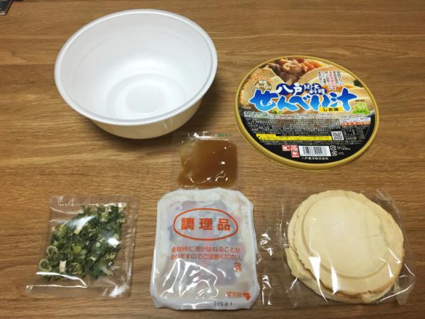 [しお]の中。 主役の南部せんべい(右下)、レトルト具材(中央下)、乾燥ネギ(左下)。 中央が特製のしお出汁。