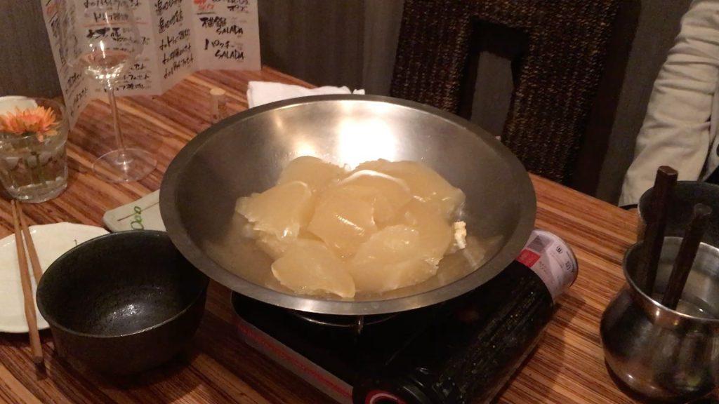 そしてやってくる艶鍋のスープ。液体じゃない!