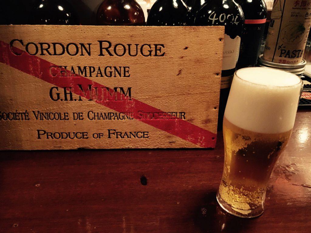 CHAMPAGNEの文字を目の前にビールを頼む。けして悪気があるわけではない