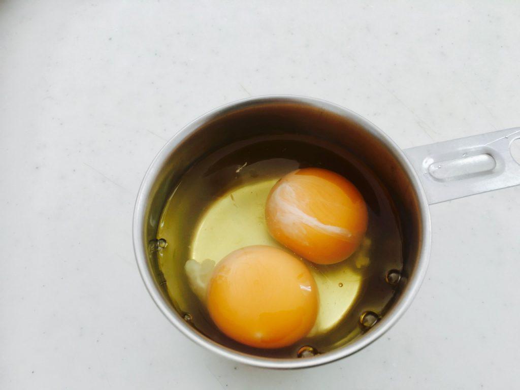 溶き卵用の卵を割っておく