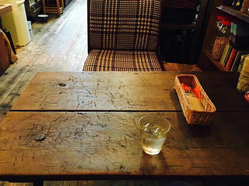 テーブルも木製で暖かみがある