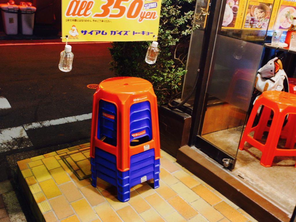 このプラスチック製の椅子、タイに行ったことがある人には懐かしいアイテムのはず。