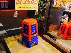 このプラスチック製の椅子、タイに行ったことがある人には懐かしいアイテム。