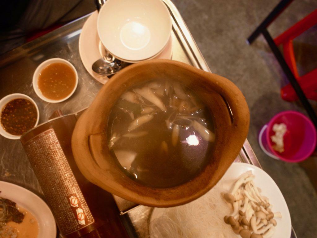 レモングラスやタイ生姜などがたっぷり入ったスープ