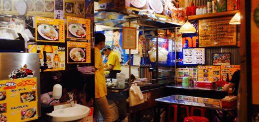 タイの屋台をそのまま再現したような店内。