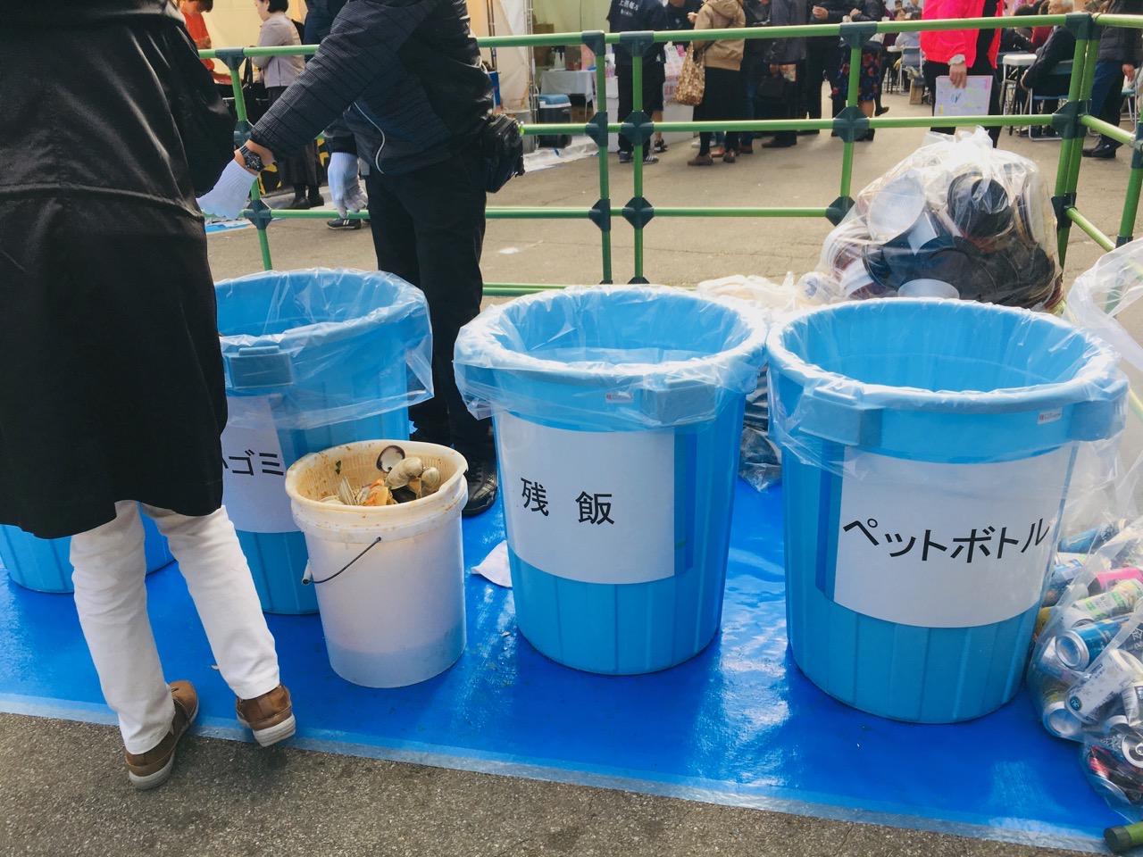 ゴミの回収もしっかり。数カ所にあるゴミ箱エリアには係員さんもついて分別していた。