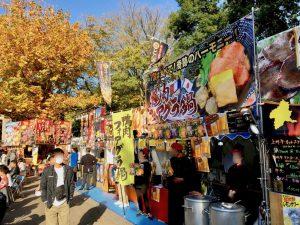 鴨肉フォアグラ鍋、という豪華そうな鍋のブースの周りには、串焼きの店なども。