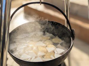 続いてジャガイモを投入。煮崩れが嫌いな人はタイミングを遅めに。